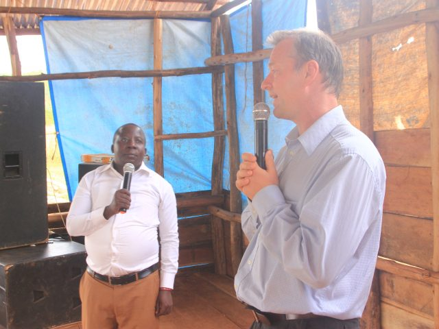 Keep up your courage, men and women (in English and Luganda)